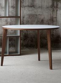 Table ronde à trois pieds en bois massif par Mint
