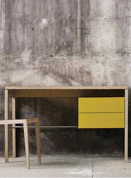 Bureau à deux tiroirs, en bois massif par Mint