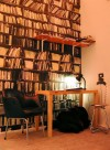Genuine Fake Bookshelves, papier-peint bibliothèque par Deb Bowness