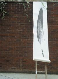 Panneau de papier plume fermée par Tracy Kendall