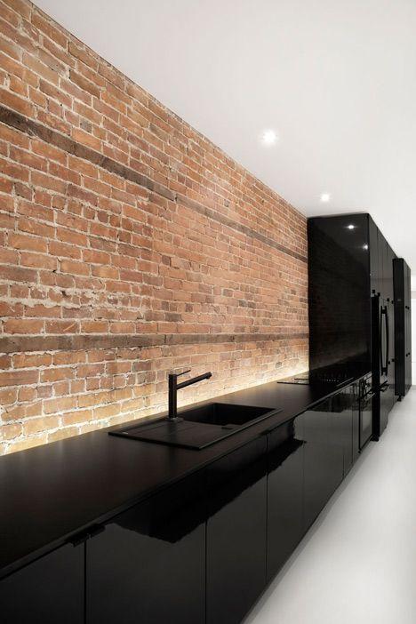 Une cuisine étincelante et tout de noir vêtue -www.notreloft.com