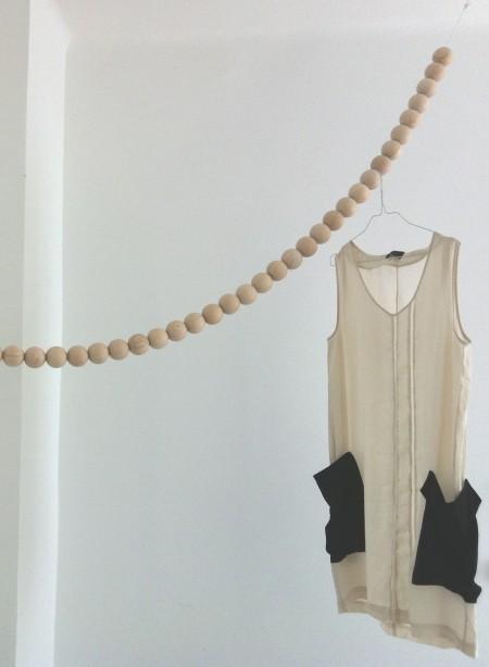 porte-manteaux-design-en-perles-de-bois-snake